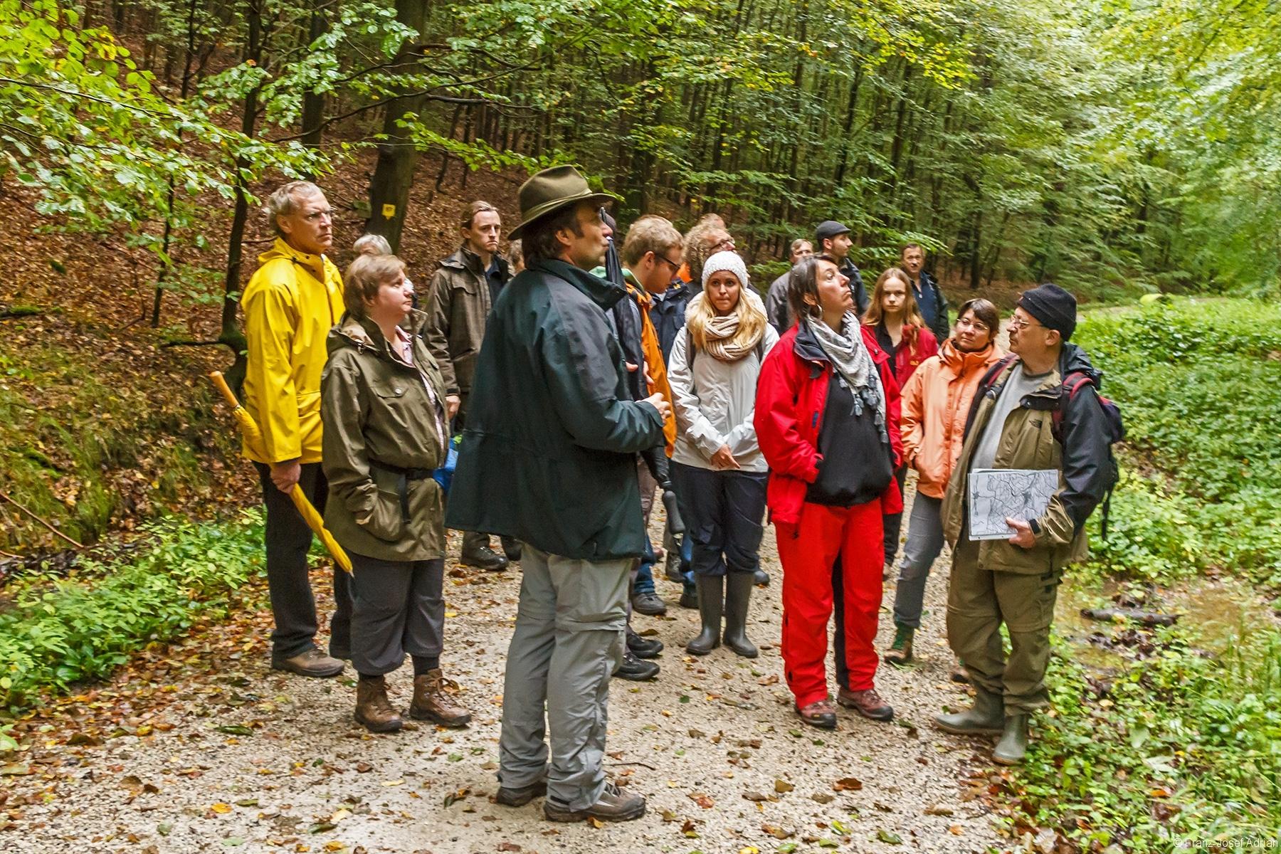 Gruppenleiter Straußberger und Oltsch vor der Waldabteilung Holzkreuz