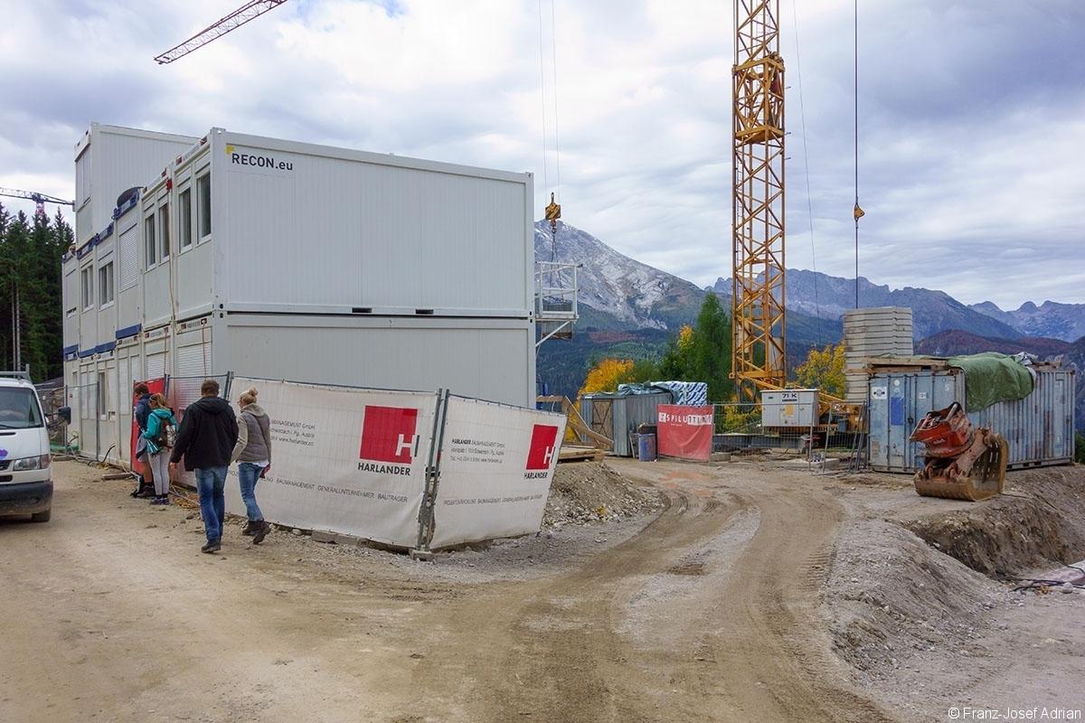 Neubau der Mittelstation mit Schildern der Großaktionäre Harlander und Hinterleitner (Spiluttini)