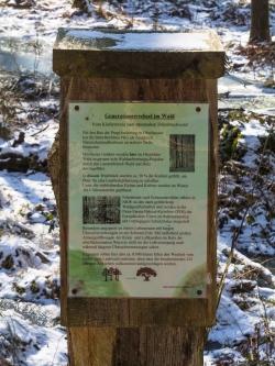 Verwahrlostes Hinweisschild im Hiesfelder Wald