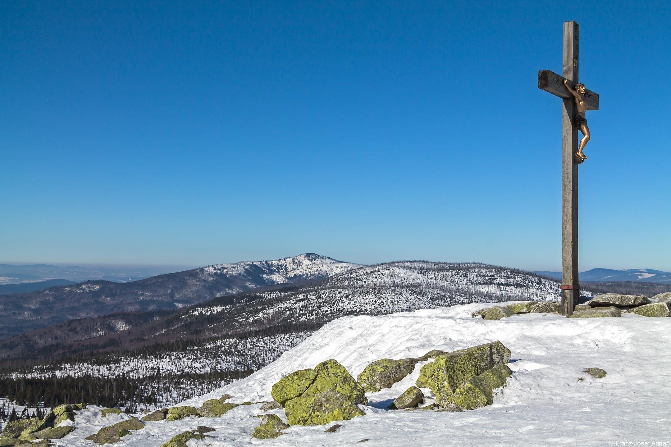 Gipfelkreuz am Lusen, im Hintergrund der Rachel