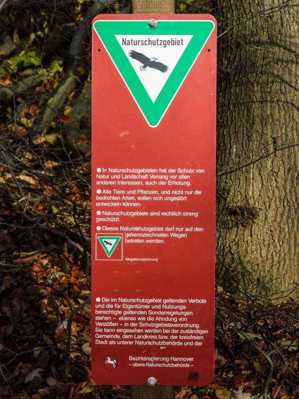 Nahaufnahme des neuen Schilds zum Naturschutzgebiet
